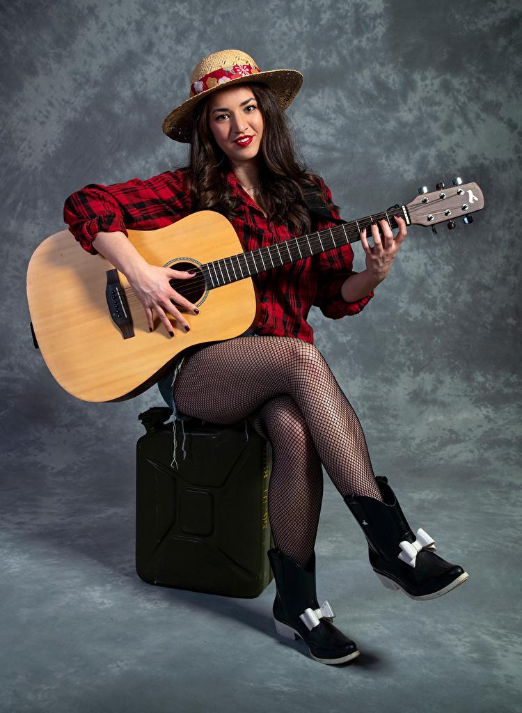 Обои для рабочего стола колготках Гитара Catherine шляпе молодые женщины Ноги Сидит смотрит  для мобильного телефона колготок Колготки гитары с гитарой шляпы Шляпа девушка Девушки молодая женщина ног сидя сидящие Взгляд смотрят