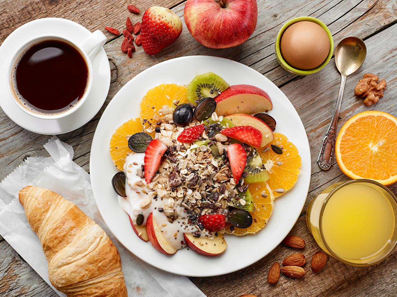 Картинки яиц Сок Кофе Завтрак Круассан Пища Мюсли чашке Фрукты тарелке Орехи Доски яйцо Яйца яйцами Еда Чашка Тарелка Продукты питания