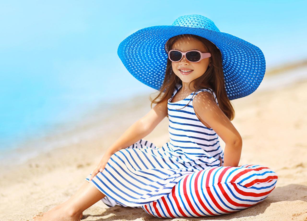 Фотография Девочки Улыбка Дети Шляпа Очки сидящие Взгляд Платье Ребёнок Сидит смотрит
