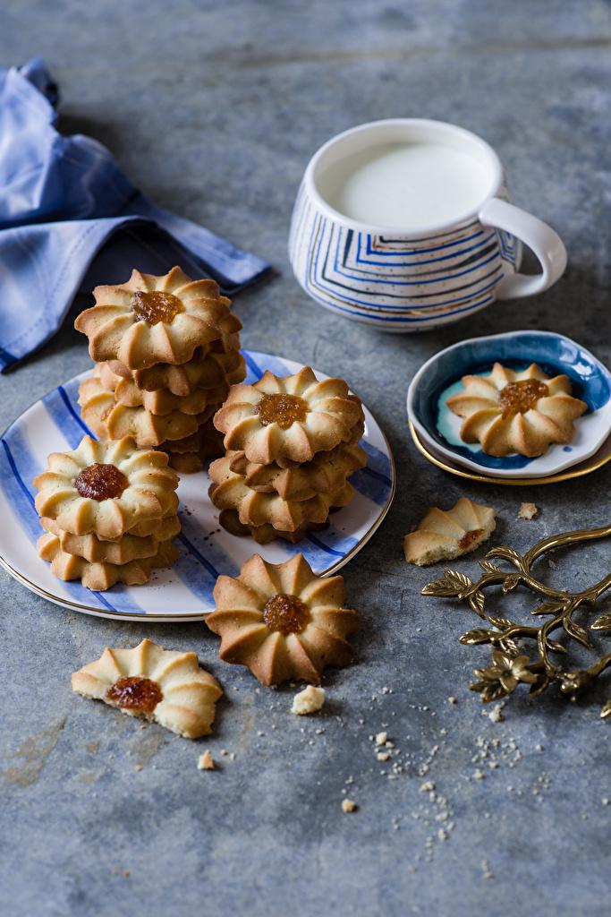 Фотография Молоко Пища чашке Печенье тарелке  для мобильного телефона Еда Чашка Тарелка Продукты питания