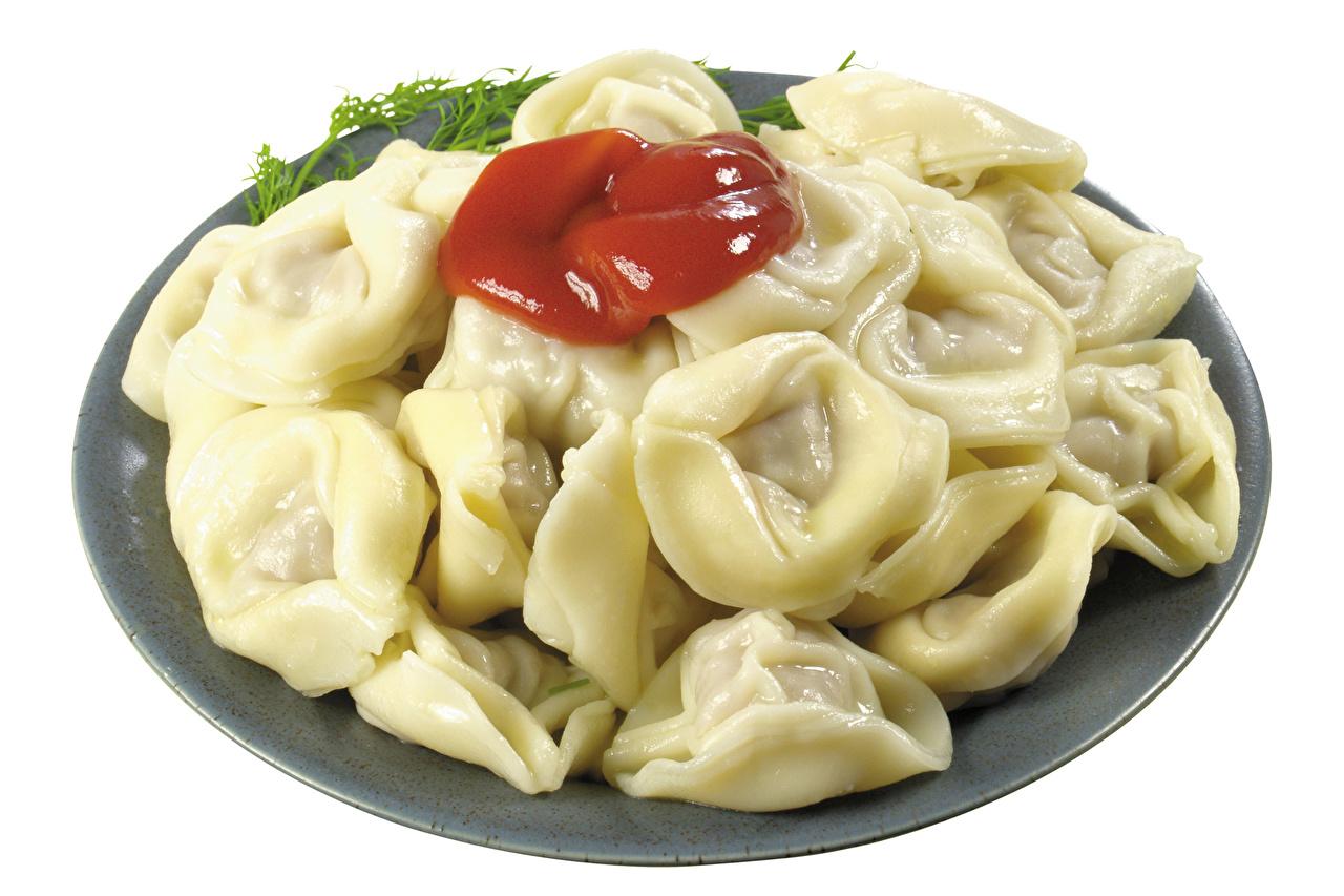 Картинки Пельмени кетчупом Пища Тарелка Белый фон Кетчуп кетчупа Еда тарелке Продукты питания белом фоне белым фоном