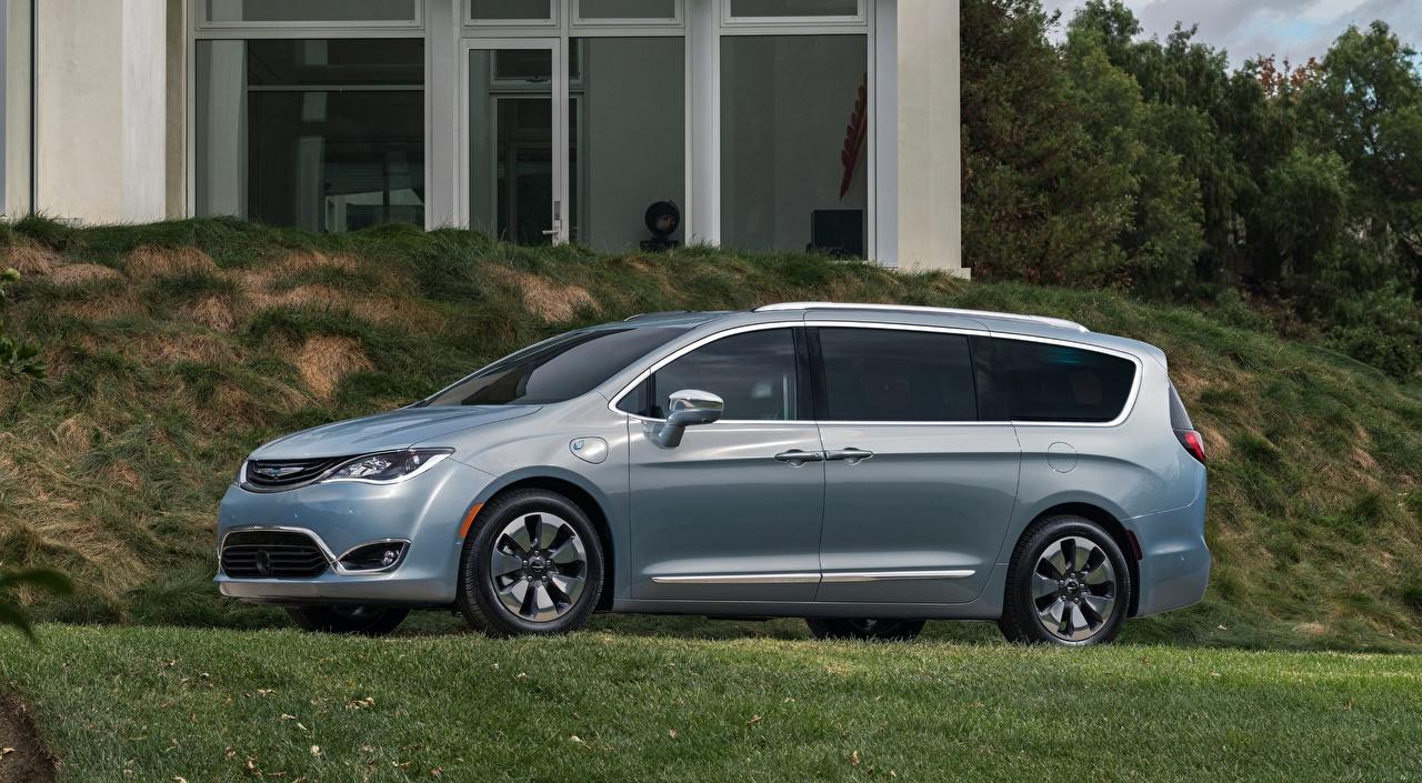 Фотографии Chrysler Кроссовер Pacifica, Hybrid, 2016 серебряная траве Сбоку автомобиль Крайслер CUV серебряный Серебристый серебристая авто Трава машины машина Автомобили