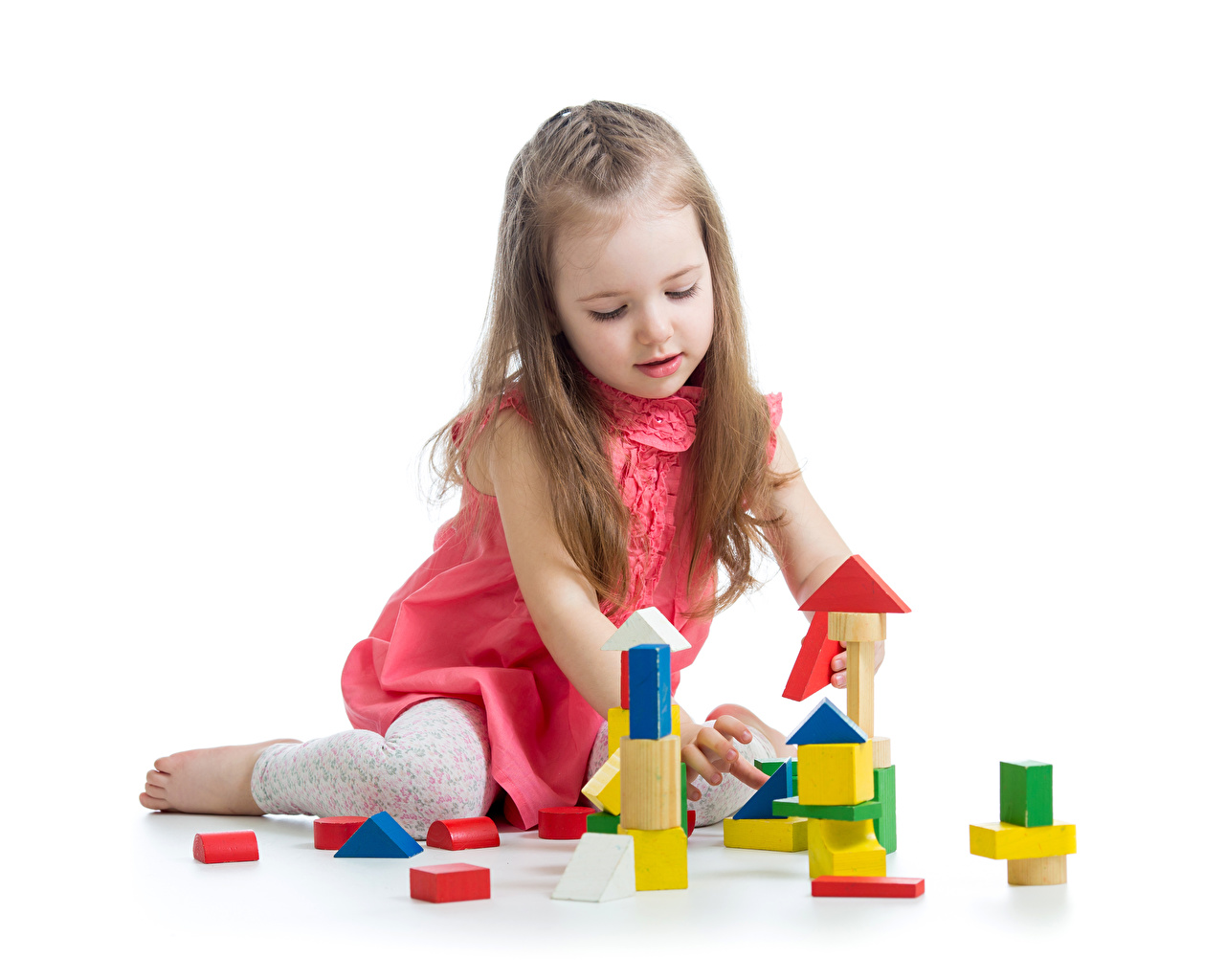 Картинки ребёнок Девочки играют Игрушки Белый фон Дети девочка Играет игрушка белом фоне белым фоном