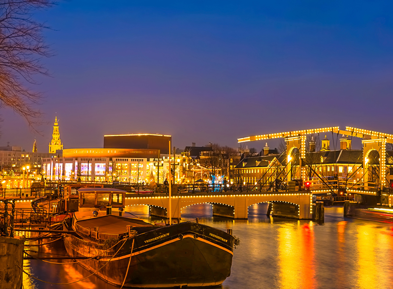 Фотографии Амстердам Нидерланды Мосты река Ночь Причалы Города Здания Реки речка Пирсы ночью в ночи Ночные Пристань Дома город