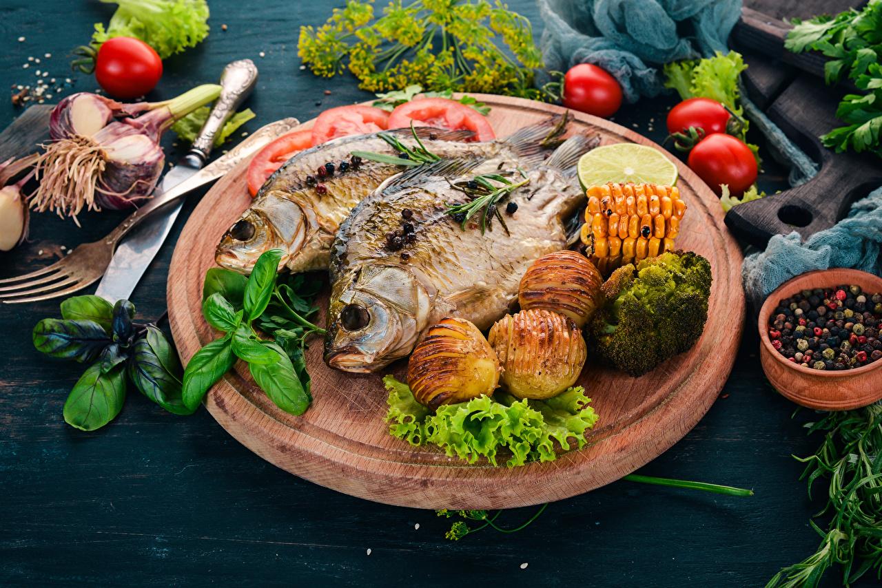 Обои для рабочего стола картошка Рыба Пища Овощи Разделочная доска Картофель Еда Продукты питания разделочной доске