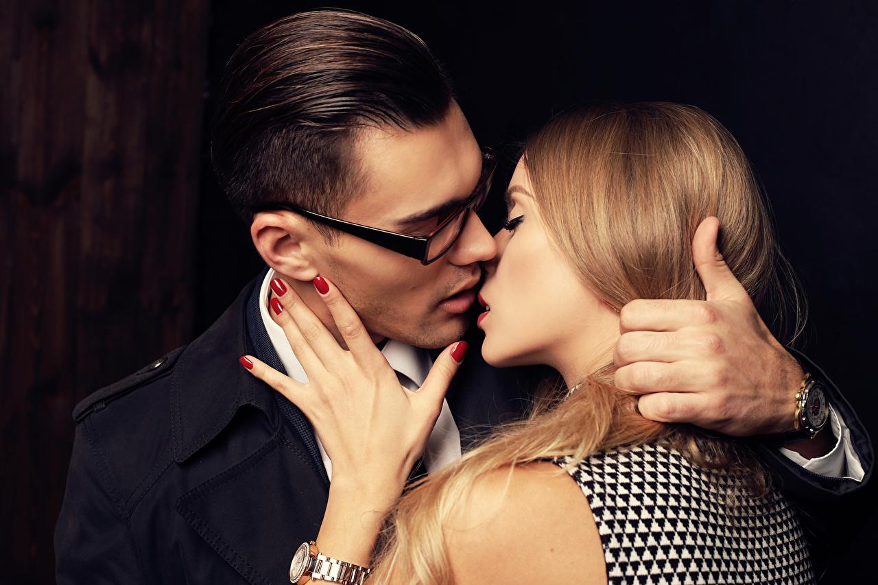 Обои Блондинка Мужчины Поцелуй 2 Любовь Девушки Руки Очки Двое вдвоем