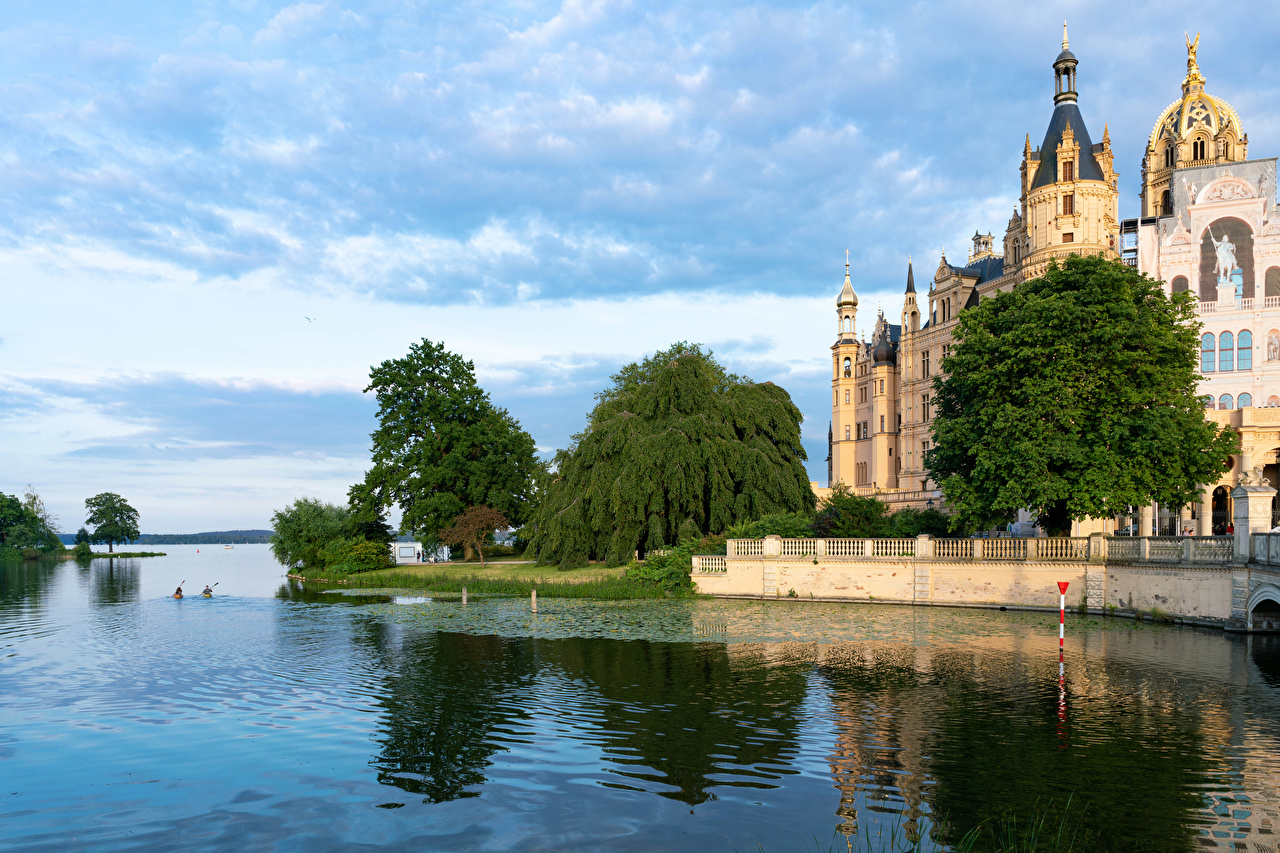Картинки Германия Schwerin Castle Замки Реки город дерева замок река речка дерево Города Деревья деревьев
