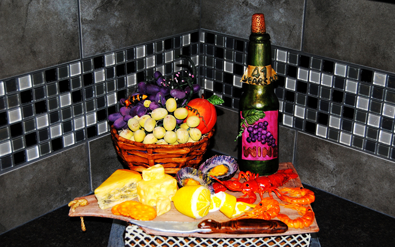 Картинки Вино Сыры Раки Лимоны Корзина Виноград Креветки Пища Бутылка Натюрморт корзины Корзинка Еда бутылки Продукты питания