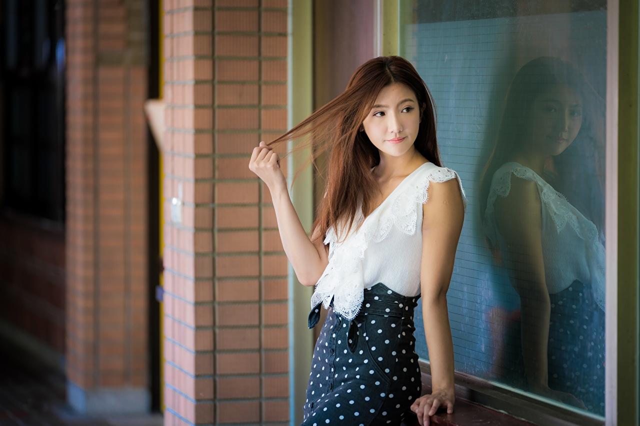 Картинка Шатенка Размытый фон позирует Девушки Азиаты отражении шатенки боке Поза девушка молодые женщины молодая женщина азиатки азиатка Отражение отражается