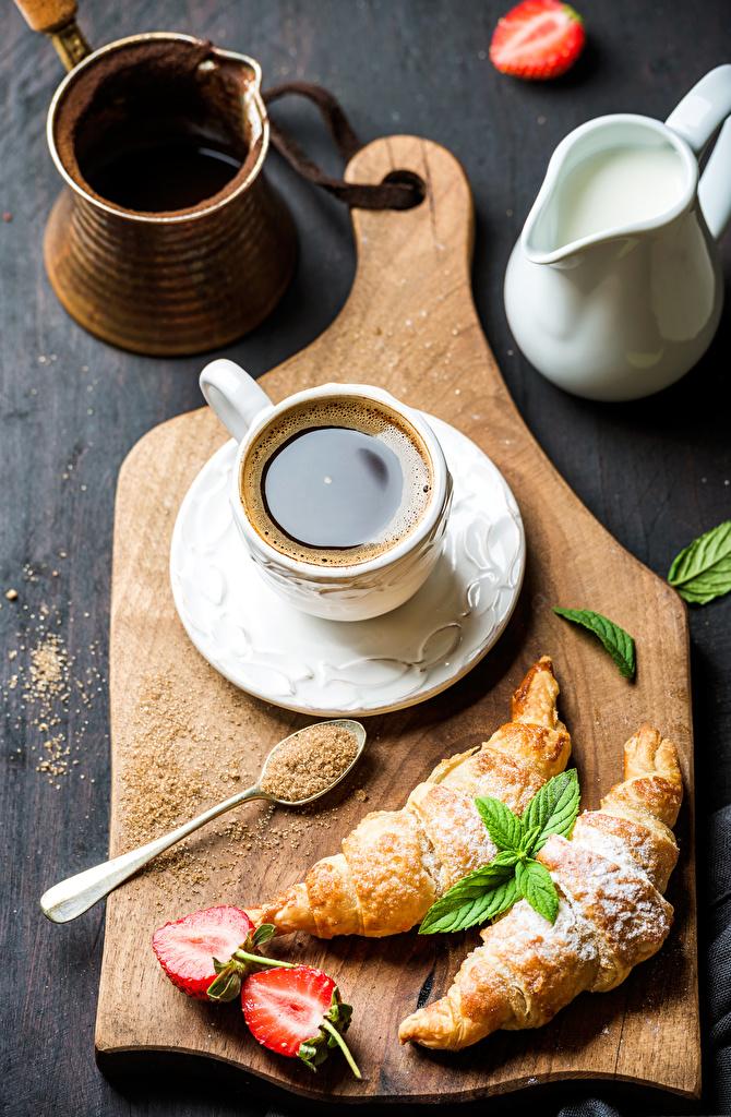 Фото Кофе Круассан Клубника Пища Чашка разделочной доске Еда чашке Продукты питания Разделочная доска