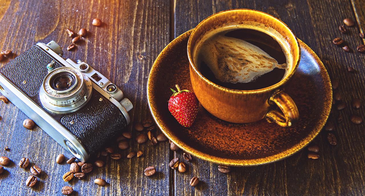 Фото Фотоаппарат Кофе Зерна Клубника Пища чашке Натюрморт Доски фотокамера зерно Еда Чашка Продукты питания