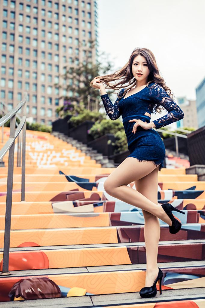 Фото Поза Девушки Лестница Ноги Азиаты Платье  для мобильного телефона позирует девушка лестницы молодая женщина молодые женщины ног азиатки азиатка платья