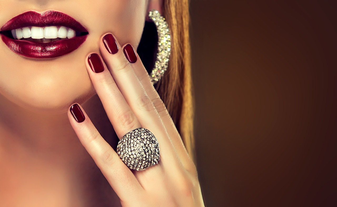 Фото Маникюр Улыбка Губы Зубы Кольцо Пальцы Украшения маникюра улыбается кольца кольца ювелирное кольцо