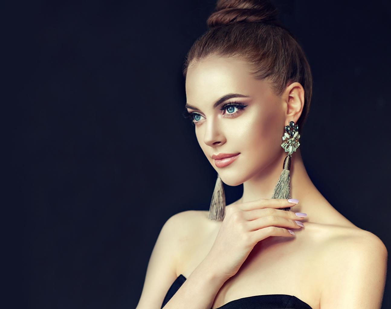 Картинки шатенки Макияж молодые женщины Серьги смотрит Цветной фон Шатенка мейкап косметика на лице девушка Девушки молодая женщина серег Взгляд смотрят