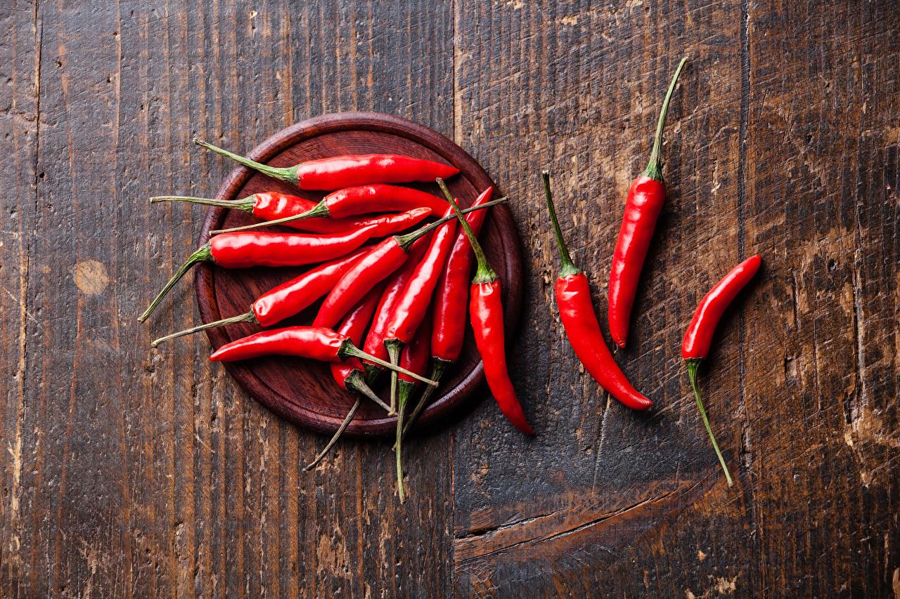 Картинка красных Острый перец чили Овощи Перец Продукты питания Доски красная красные Красный Еда Пища перец овощной