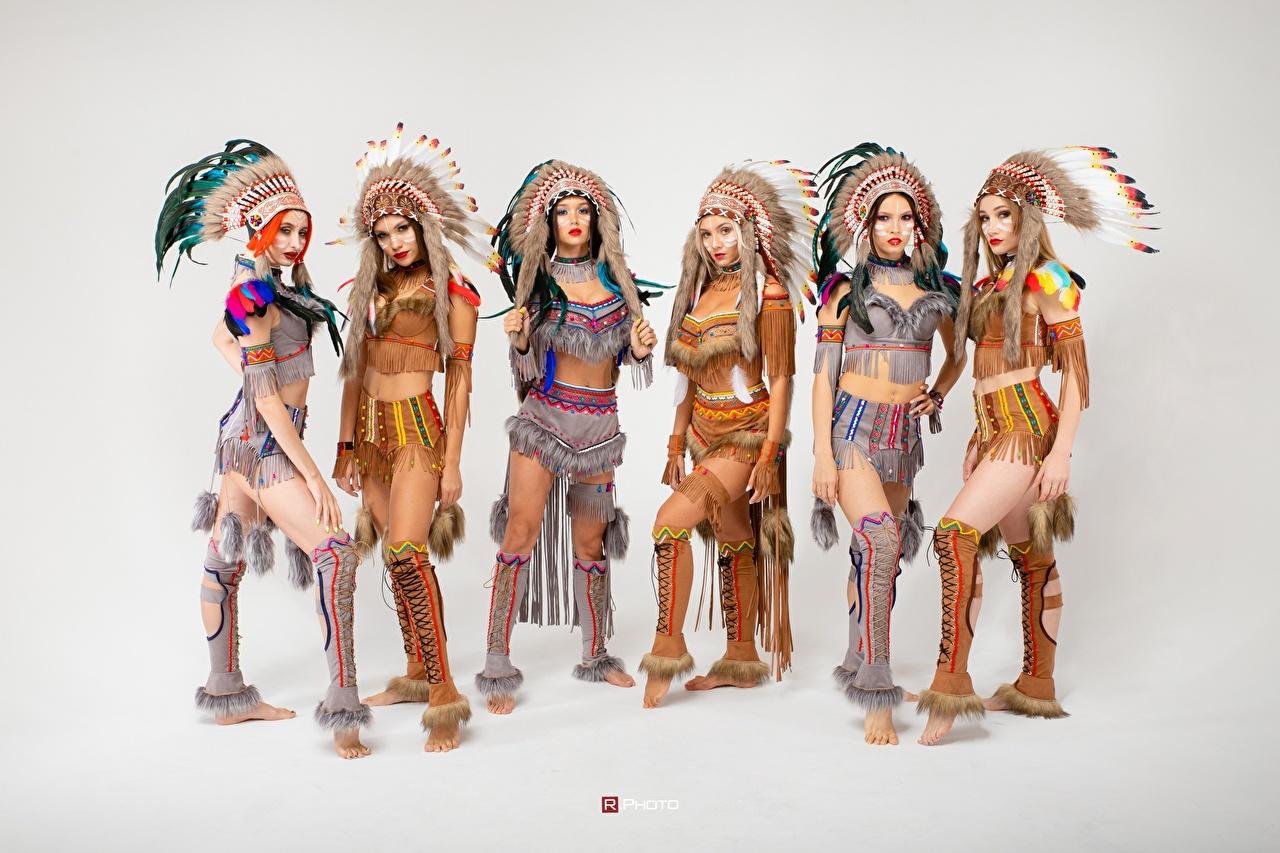 Картинка Индейцы Vitaly Rychkov красивая Индейский головной убор Девушки сером фоне индеец индейца красивый Красивые девушка молодые женщины молодая женщина Серый фон