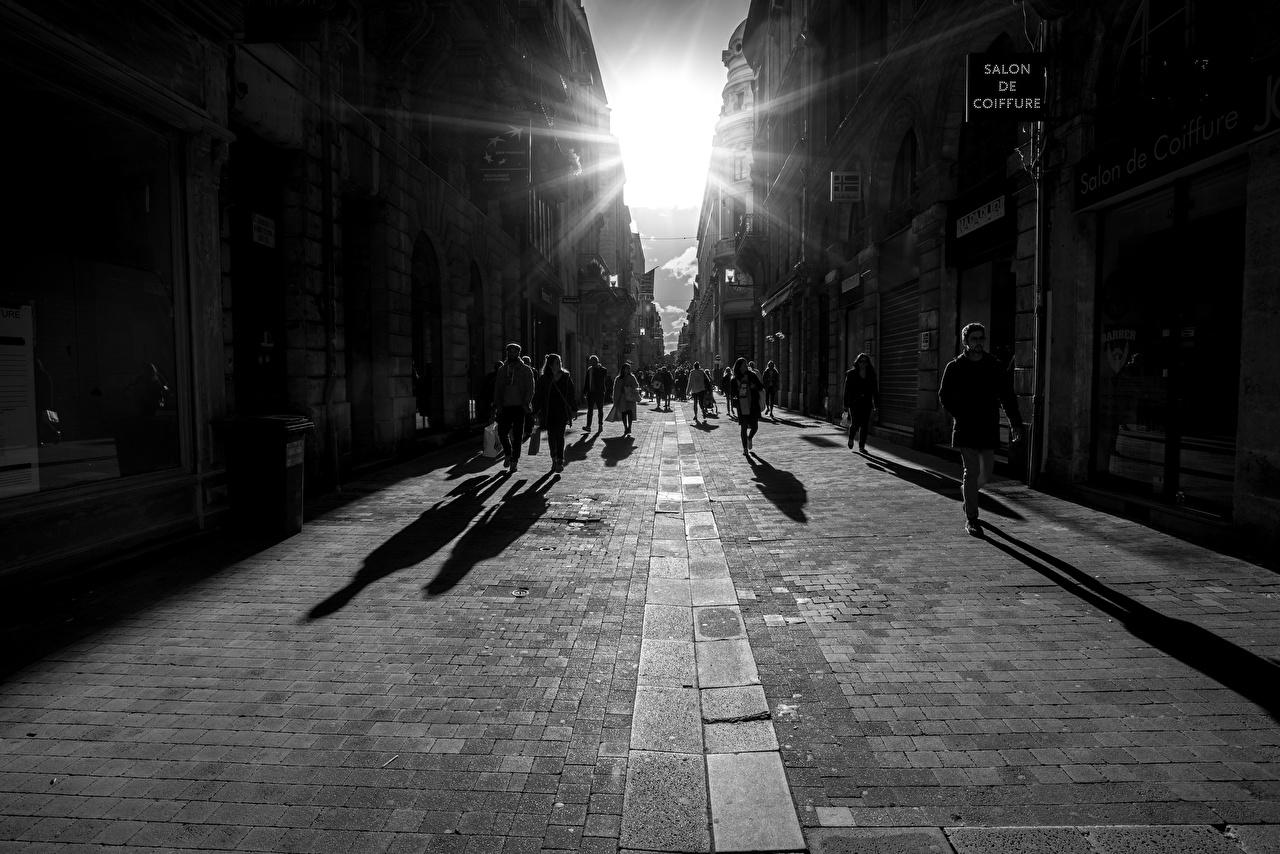 Обои для рабочего стола Лучи света Франция Bordeaux улиц Люди Черно белое город Улица улице черно белые Города