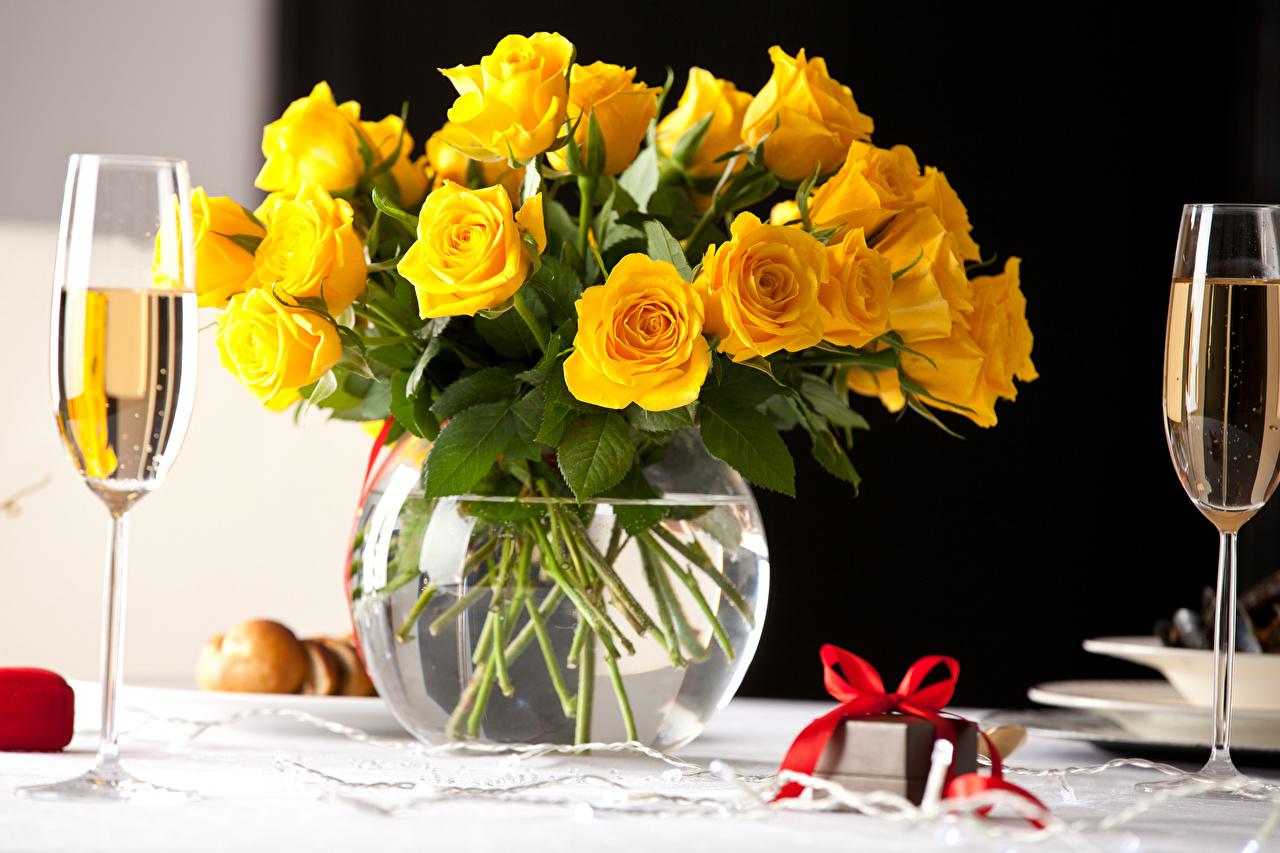 Картинки Розы желтая Шампанское цветок Подарки вазе Пища бокал Бантик желтых желтые Желтый Игристое вино Цветы подарок подарков Еда Ваза вазы бант Бокалы бантики Продукты питания