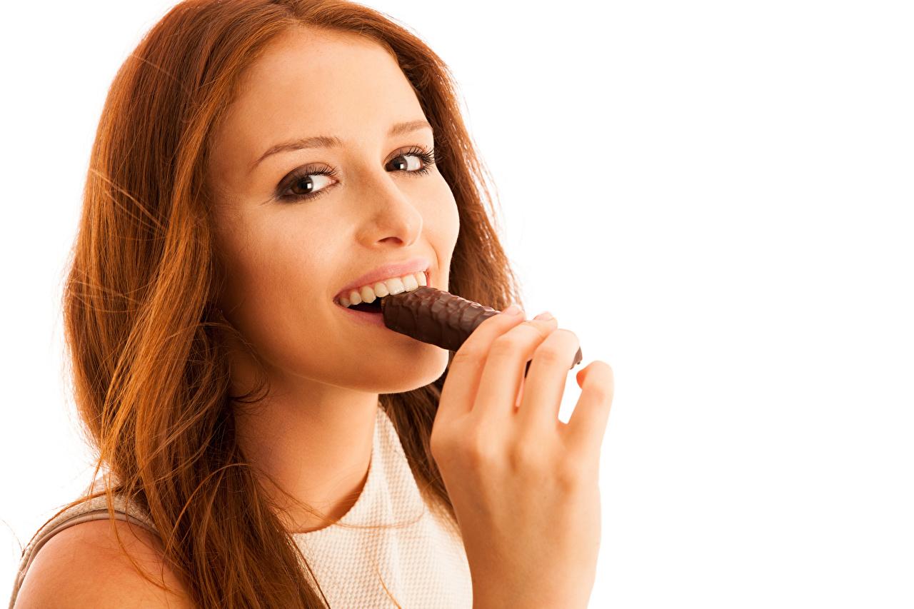 Обои Рыжая Улыбка Шоколад Девушки Пальцы смотрит Белый фон Взгляд