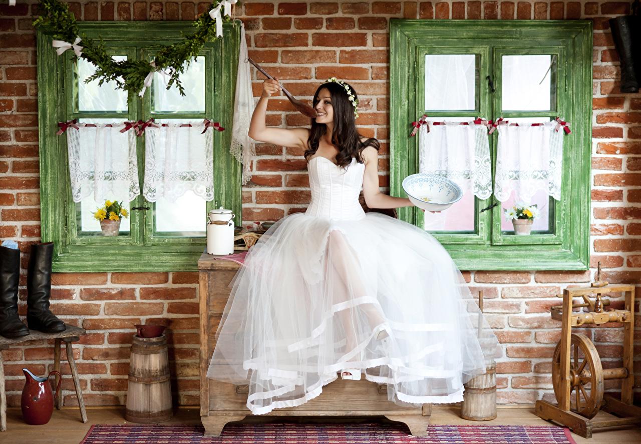 Картинка Невеста брюнетки Улыбка Венок Девушки Окно ложки сидящие Платье невесты Брюнетка брюнеток улыбается венком девушка молодая женщина молодые женщины окна сидя Сидит Ложка платья