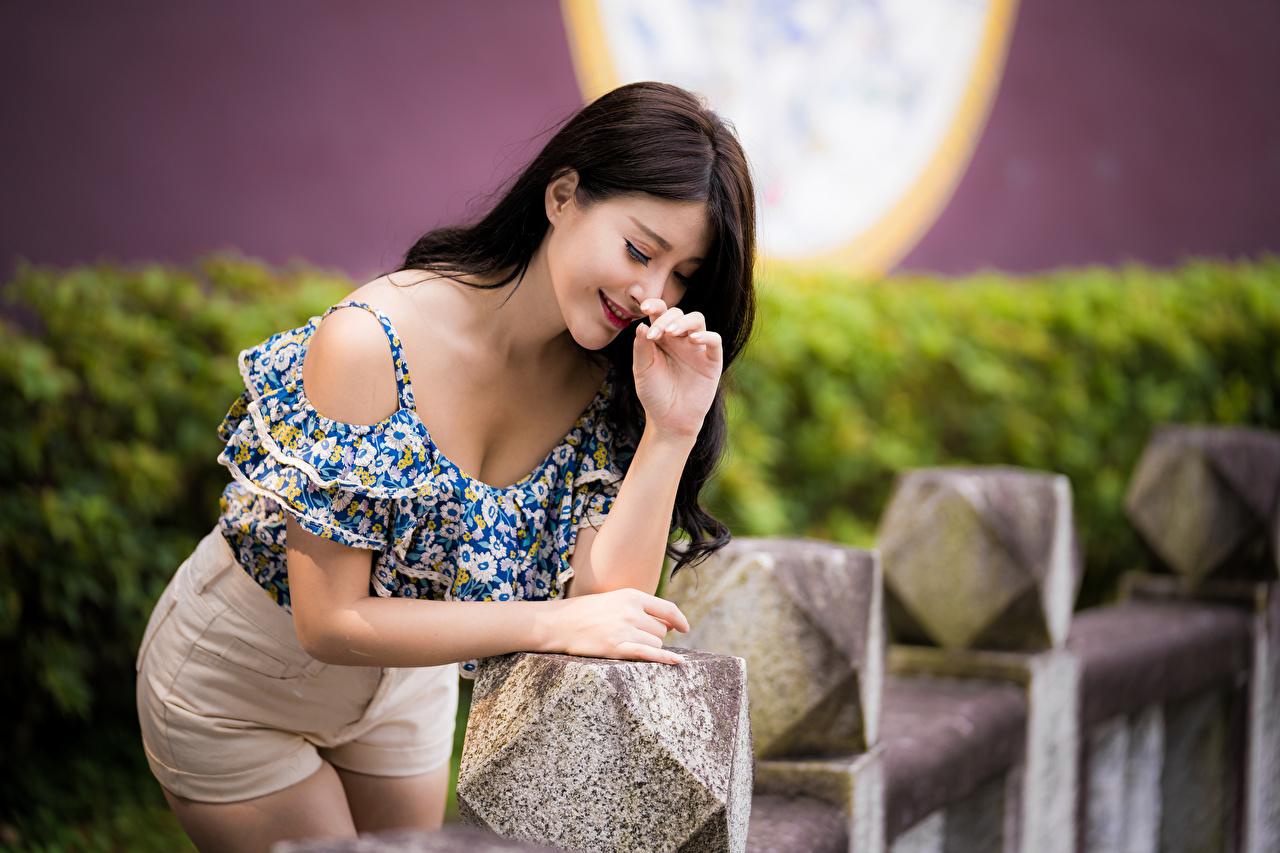 Обои для рабочего стола улыбается боке позирует Блузка молодые женщины Азиаты Улыбка Размытый фон Поза девушка Девушки молодая женщина азиатки азиатка