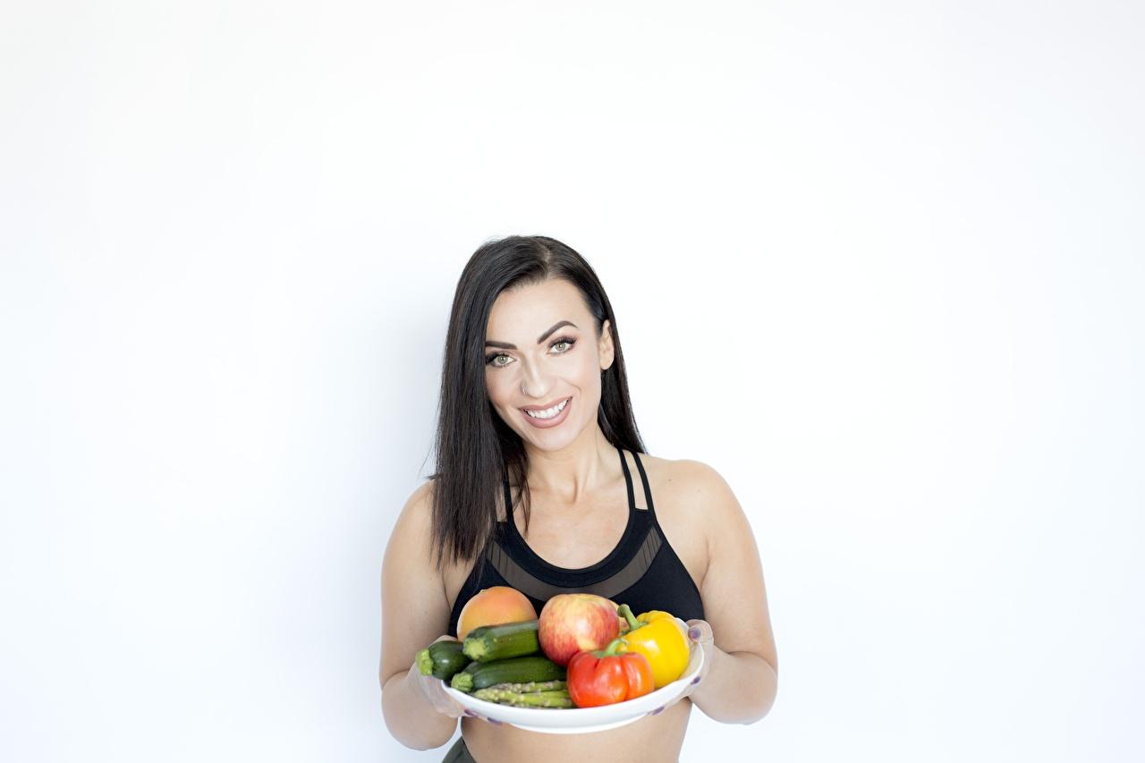 Фотографии брюнеток улыбается Поднос Здоровое питание Девушки Овощи Фрукты Продукты питания Брюнетка брюнетки Улыбка девушка молодые женщины молодая женщина Еда Пища