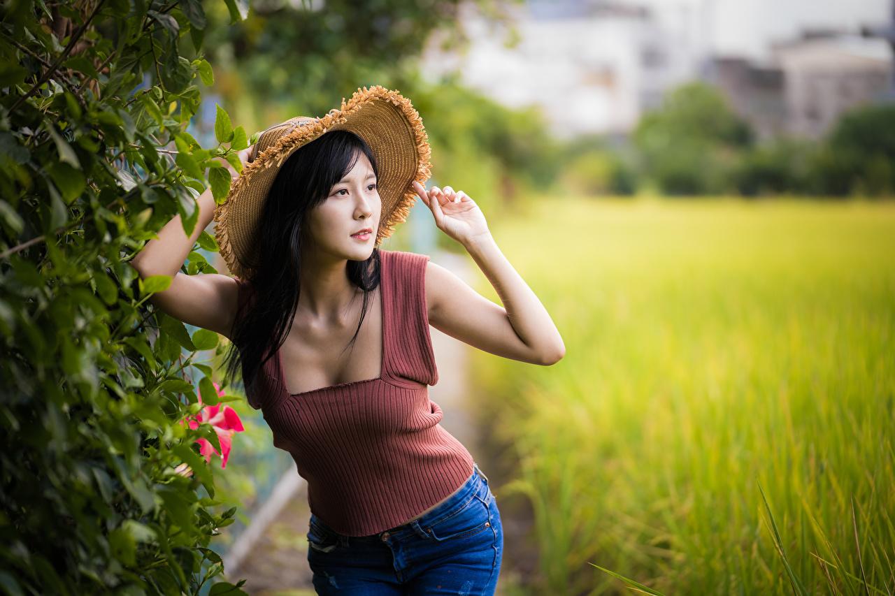 Фотография Брюнетка Размытый фон Шляпа девушка Майка Азиаты Руки брюнеток брюнетки боке шляпе шляпы Девушки молодые женщины молодая женщина майке майки азиатка азиатки рука