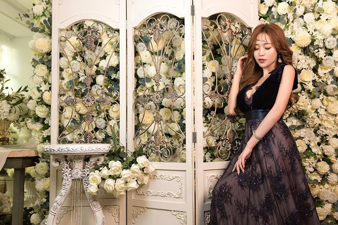 Картинки роза девушка Цветы Азиаты Руки Платье Розы Девушки молодая женщина молодые женщины цветок азиатки азиатка рука платья