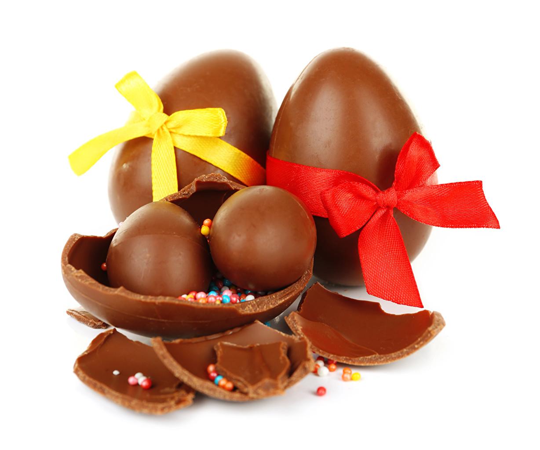Фотография Пасха Яйца Шоколад бант Продукты питания Сладости Праздники белом фоне яиц яйцо яйцами Еда Пища Бантик бантики Белый фон белым фоном сладкая еда