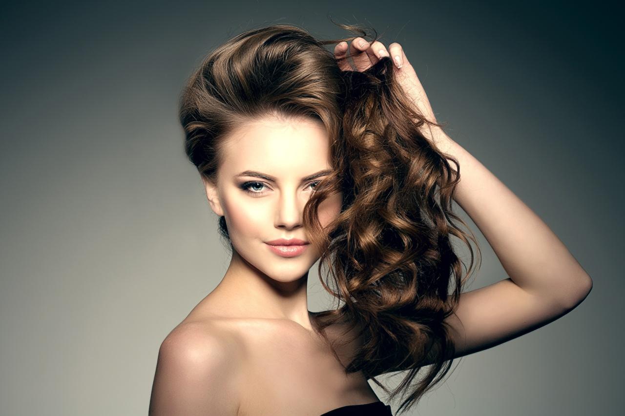 Картинка Шатенка Модель Макияж красивая Причёска Волосы Девушки Взгляд шатенки фотомодель мейкап косметика на лице красивый Красивые прически волос девушка молодые женщины молодая женщина смотрят смотрит