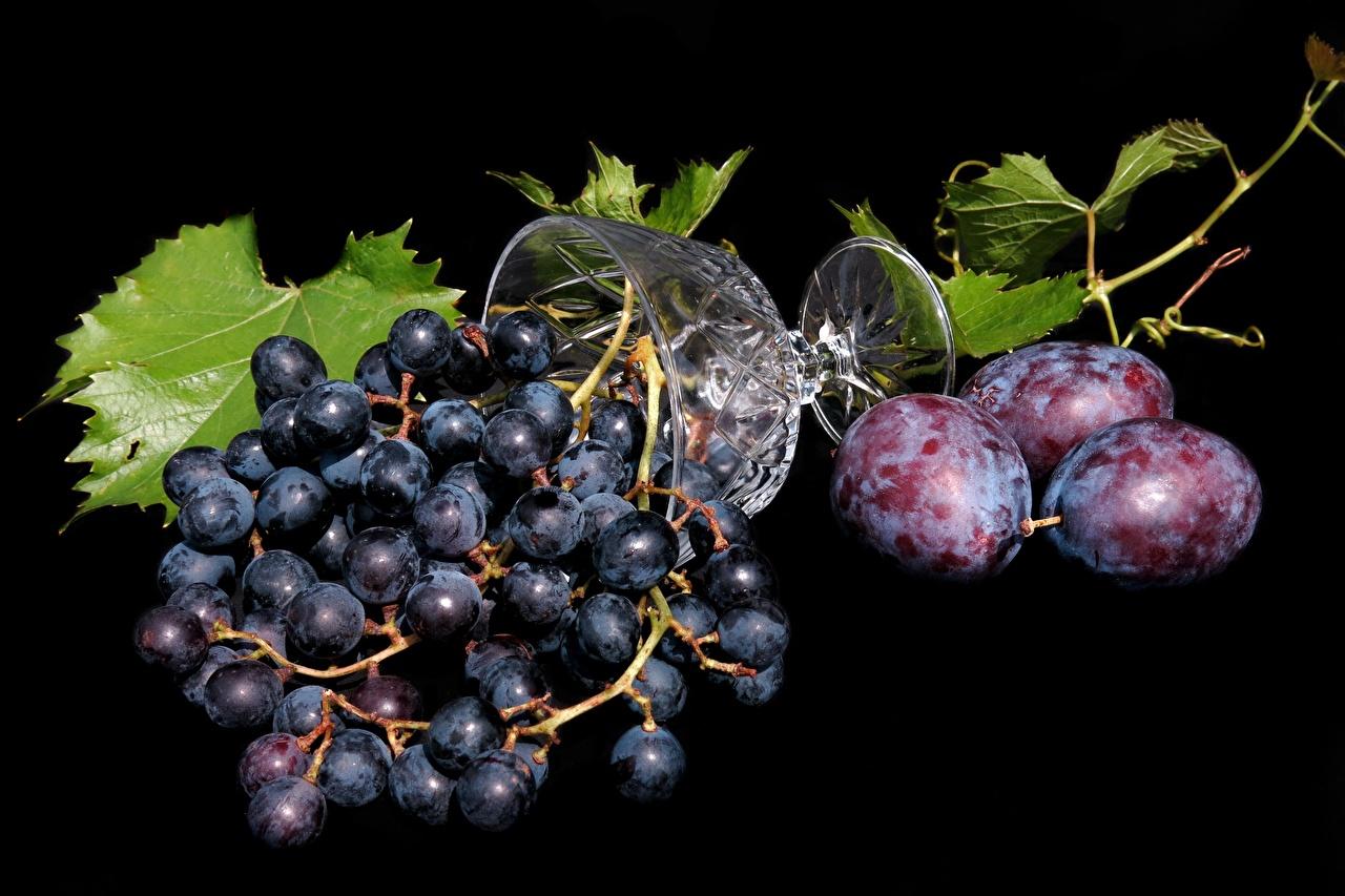 Фотография Сливы Виноград Еда Бокалы Черный фон Пища бокал Продукты питания на черном фоне