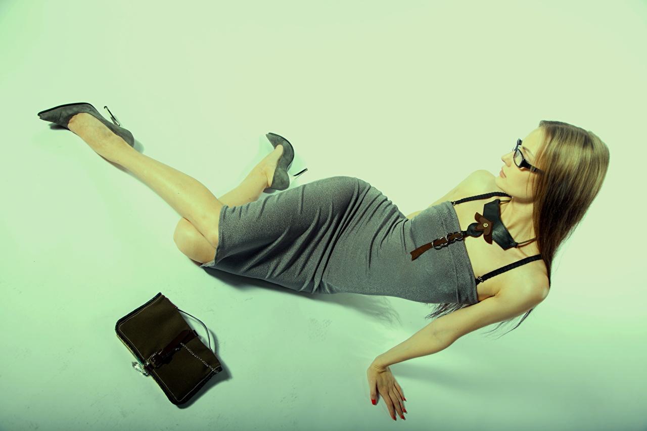 Картинка Девушки Руки Сумка очках Платье туфлях девушка молодая женщина молодые женщины рука Очки очков платья Туфли туфель