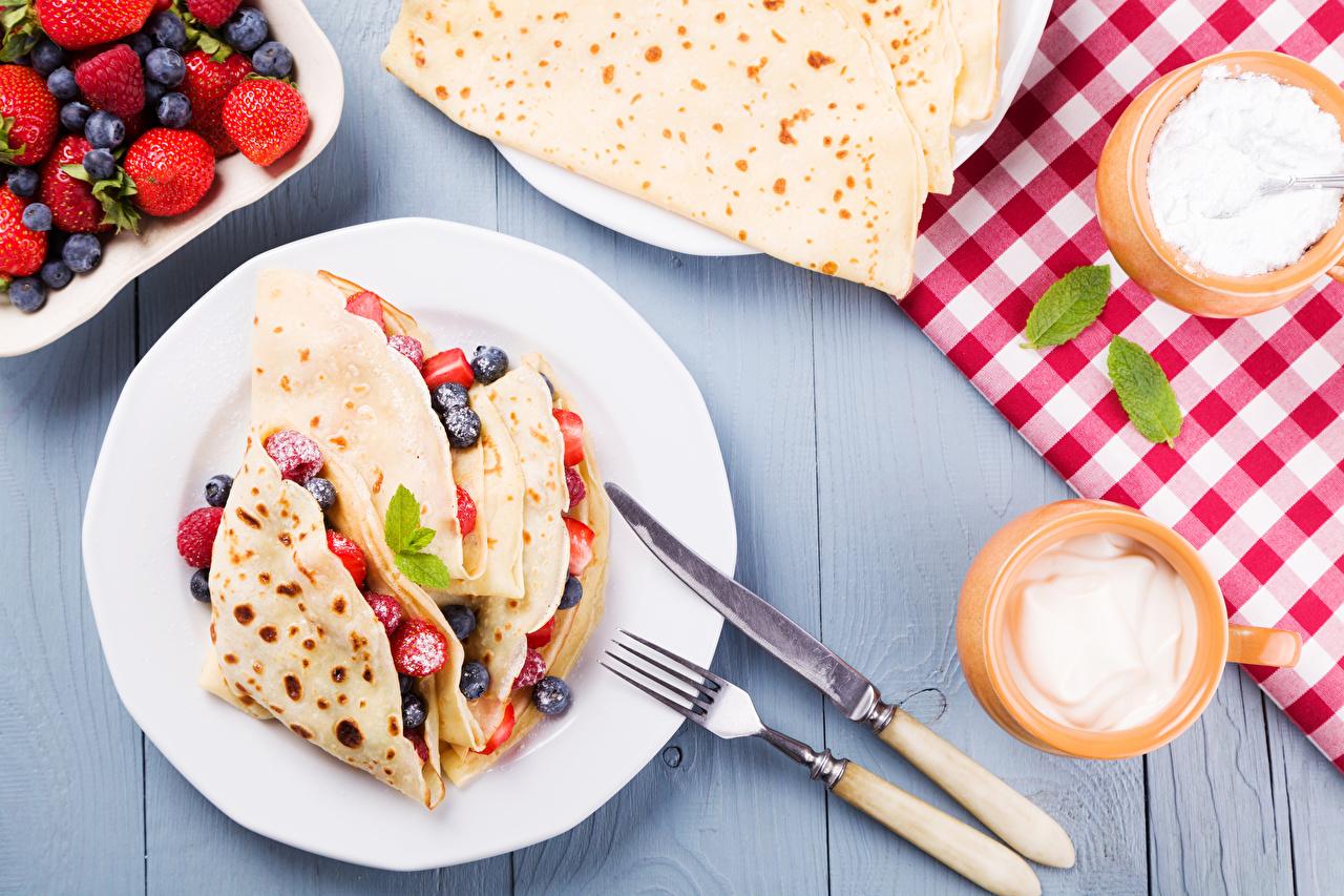 Обои для рабочего стола ножик Блины Завтрак Ягоды Тарелка Вилка столовая Продукты питания Нож Еда Пища вилки тарелке