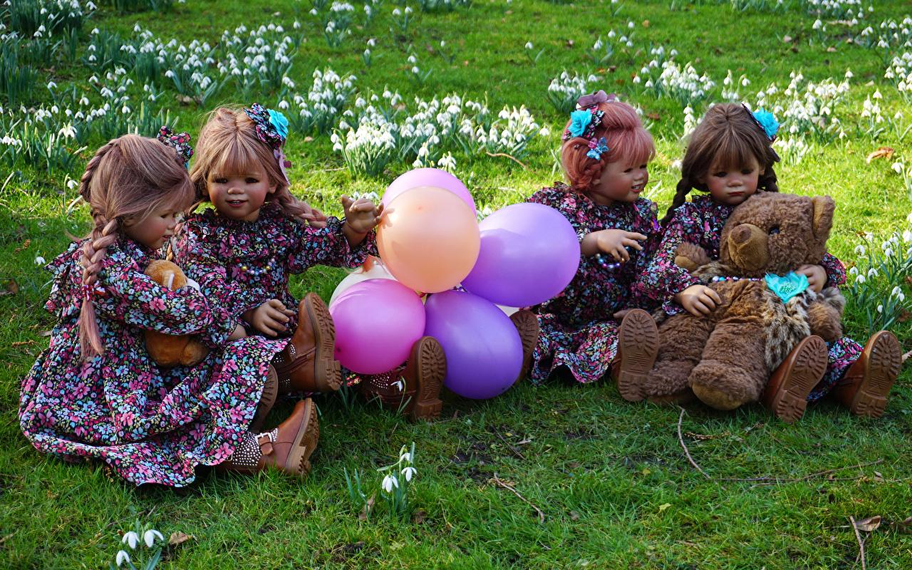 Фотографии Девочки Германия Кукла воздушным шариком Grugapark Essen Природа парк Мишки платья девочка куклы Воздушный шарик воздушные шарики воздушных шариков Парки Плюшевый мишка Платье