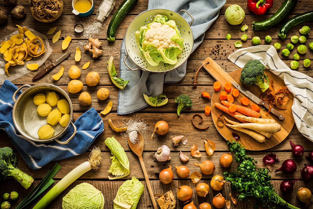 Обои Морковь Капуста картошка Лук репчатый Соль Пища Овощи Разделочная доска Доски Картофель Еда Продукты питания