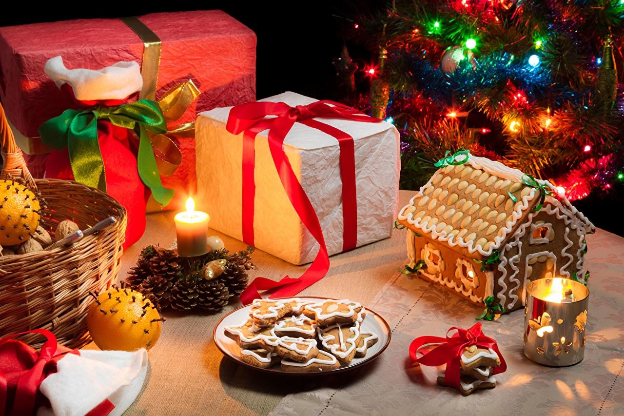 Фотография Новый год Апельсин подарок Корзинка Шишки Свечи Бантик Печенье Продукты питания Орехи Выпечка Праздники Рождество Подарки Корзина корзины подарков Еда бант Пища шишка бантики