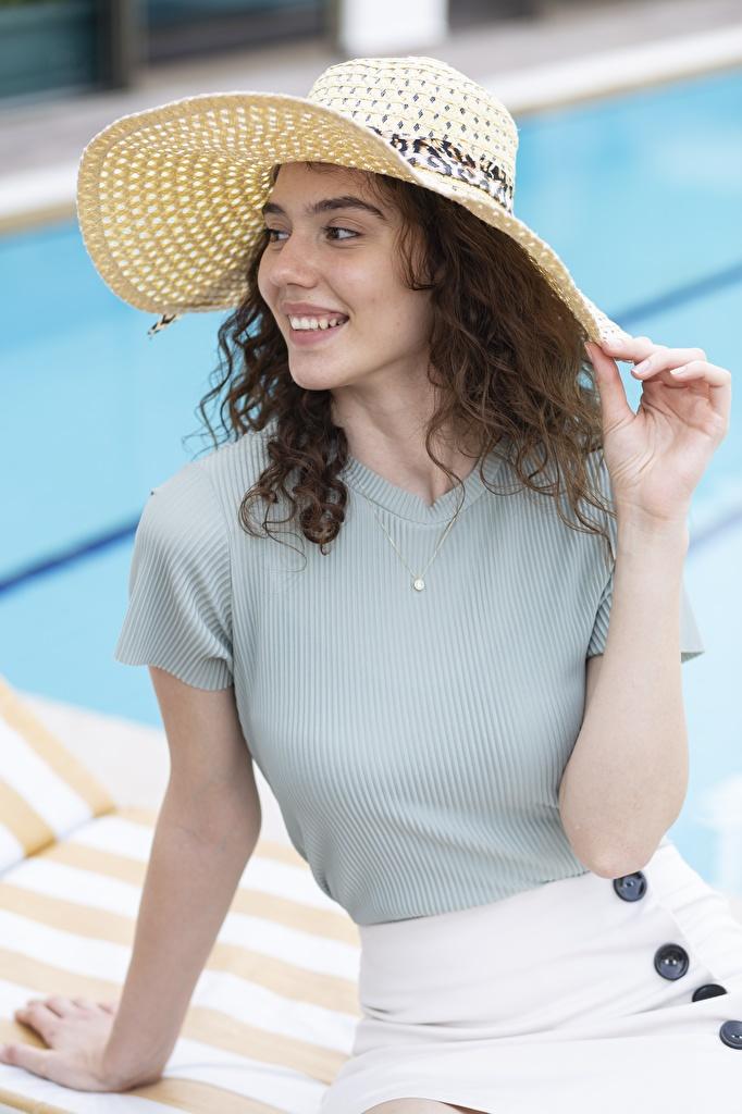 Картинки шатенки Улыбка Шляпа молодая женщина Руки смотрят  для мобильного телефона Шатенка улыбается шляпы шляпе девушка Девушки молодые женщины рука Взгляд смотрит