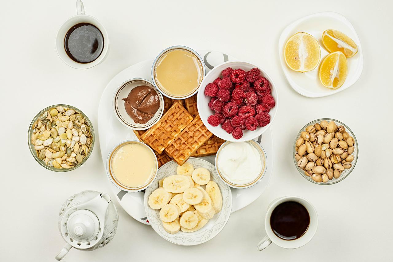 Картинки Вафли Шоколад Кофе Сливки Апельсин Малина Бананы Пища Чашка Орехи сером фоне вафля сливками Еда чашке Продукты питания Серый фон