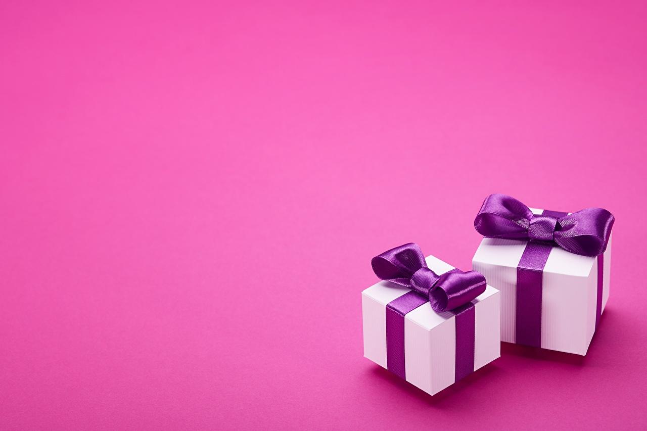 Фотографии две подарков бантики Шаблон поздравительной открытки Цветной фон 2 два Двое вдвоем подарок Подарки бант Бантик