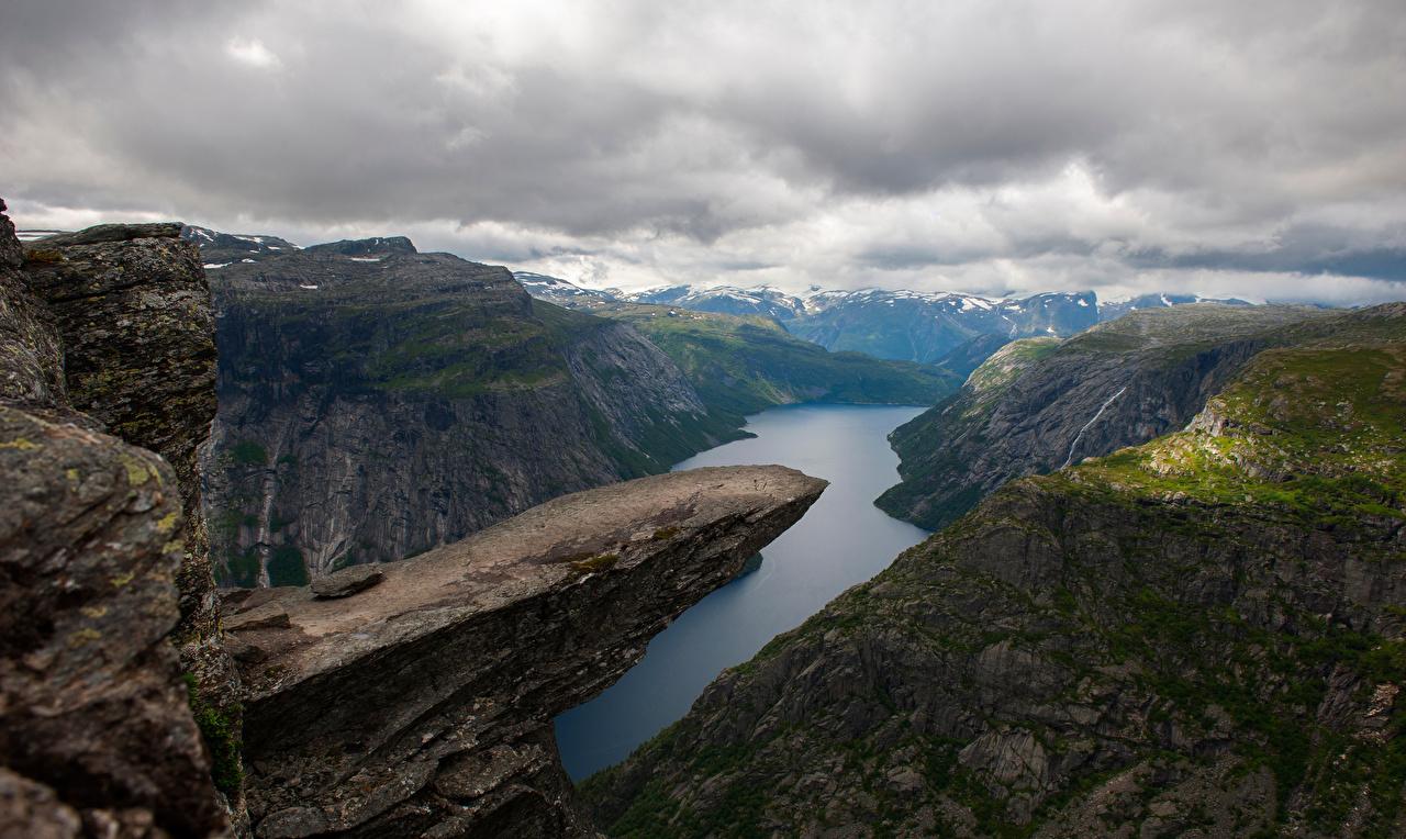 Картинки Природа Норвегия Troll's-Tongue Горы Скала Фьорд Облака гора Утес скале скалы облако облачно