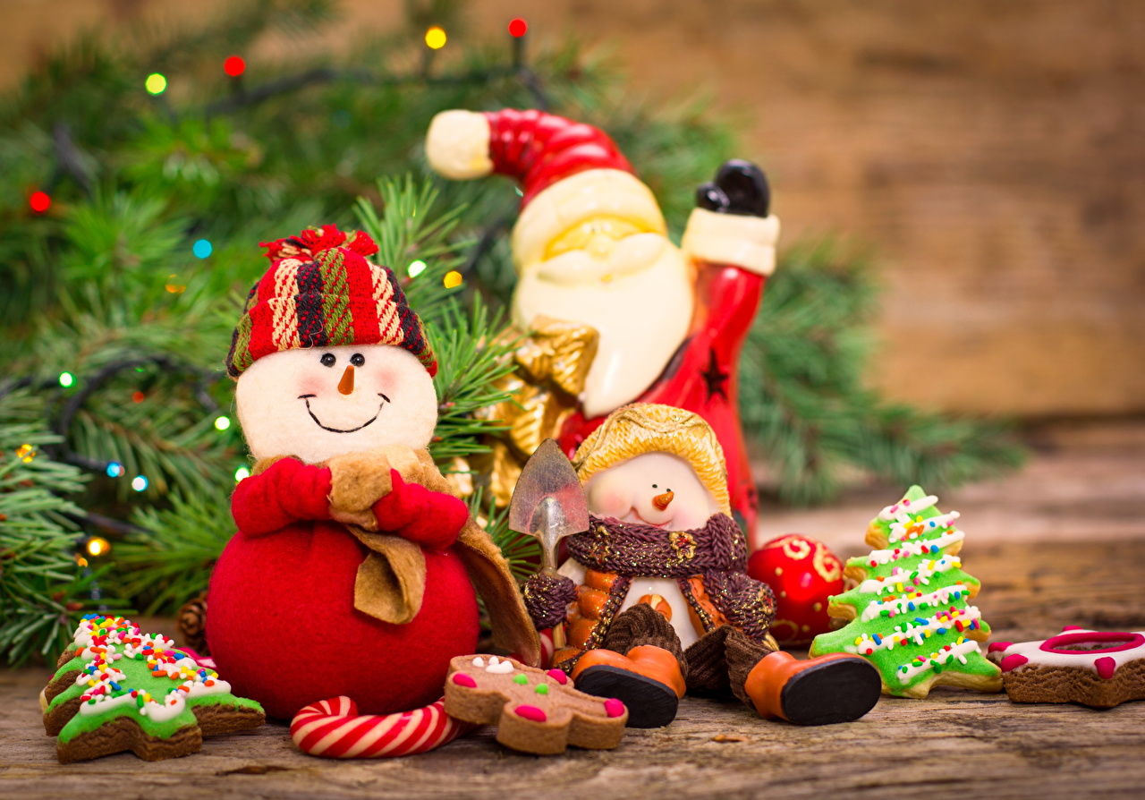 Картинки Новый год Улыбка Шапки Санта-Клаус снеговика втроем Праздники Рождество улыбается шапка в шапке Дед Мороз снеговик Снеговики три Трое 3