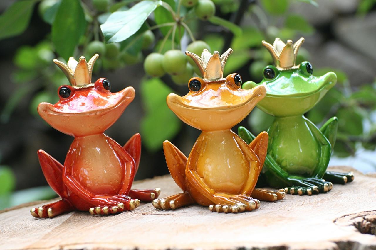 Обои для рабочего стола Лягушки Корона Улыбка три Игрушки лягушка улыбается Трое 3 втроем игрушка