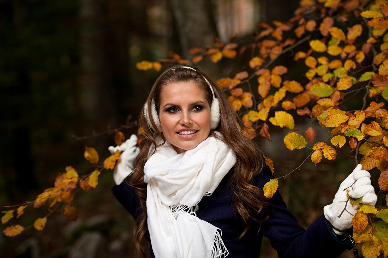 Картинка шатенки в наушниках шарфом Улыбка молодая женщина Шатенка Наушники Шарф шарфе улыбается девушка Девушки молодые женщины