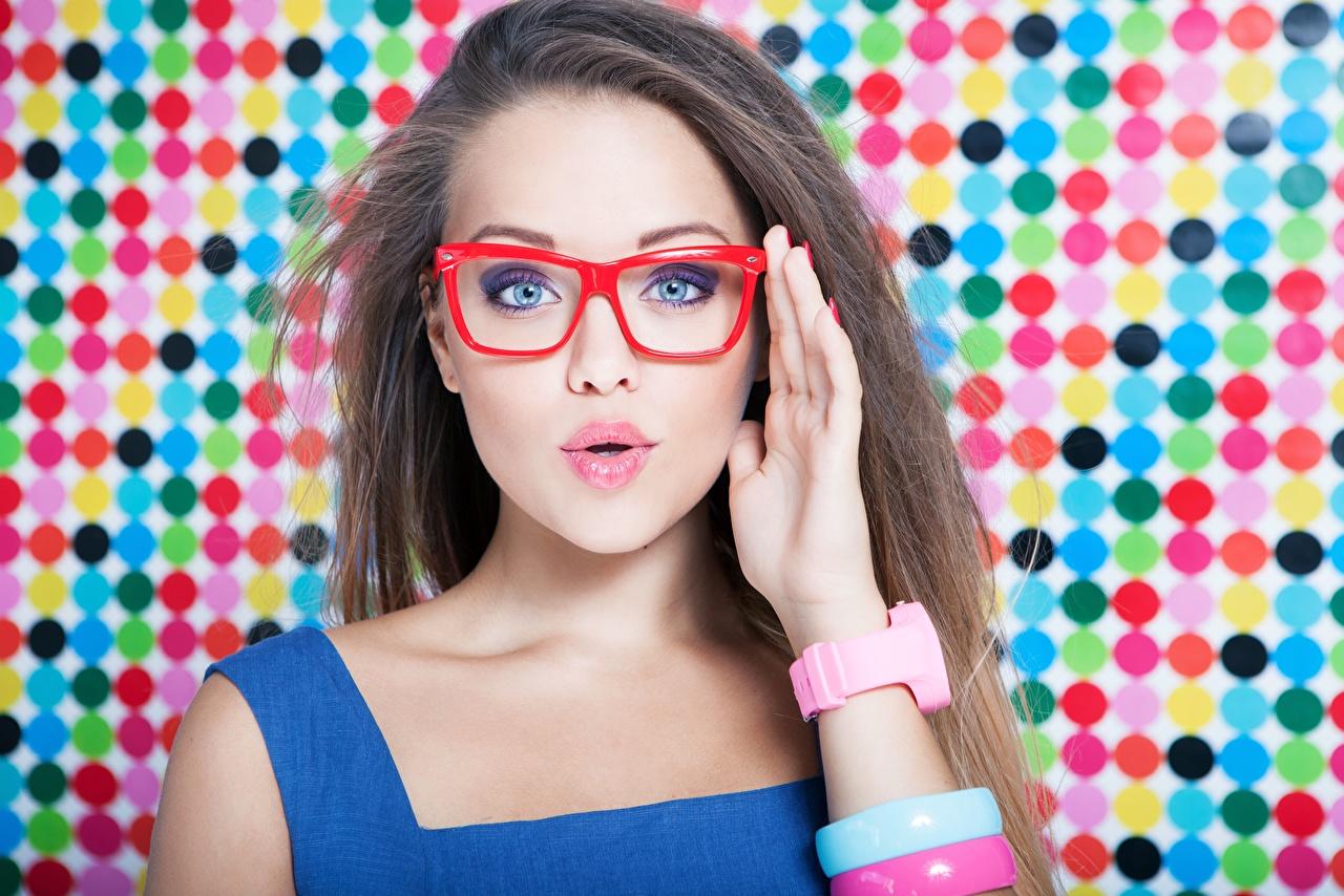 Фото мейкап удивлена Волосы Девушки рука Очки Взгляд Макияж удивлен Удивление эмоции изумление косметика на лице волос девушка молодая женщина молодые женщины Руки очков очках смотрит смотрят