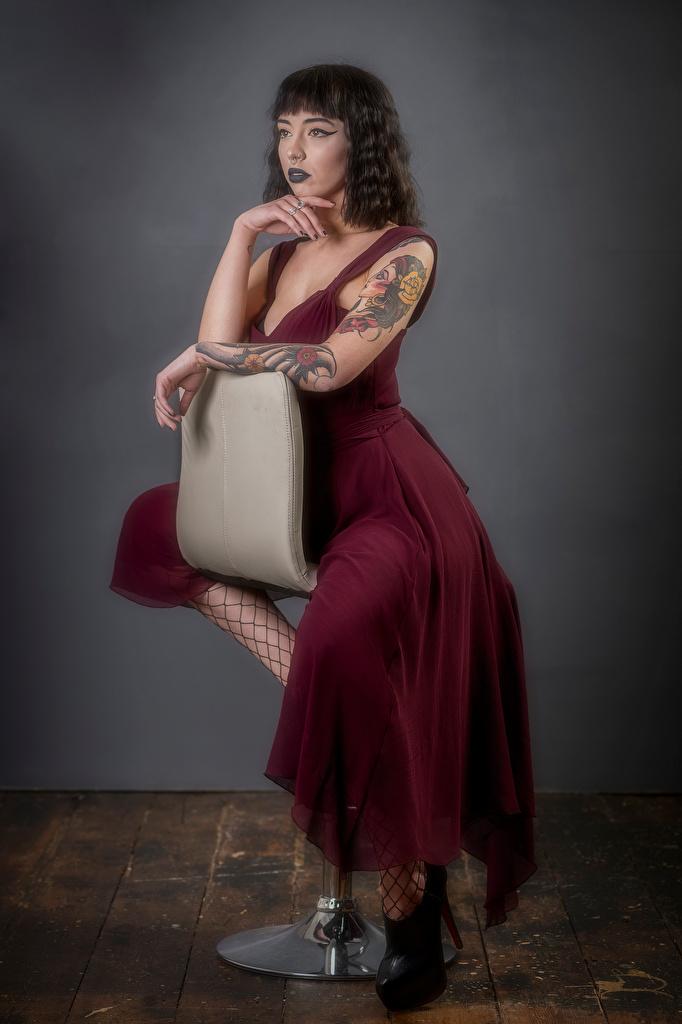 Картинка Kat девушка рука сидя Кресло смотрит платья  для мобильного телефона Девушки молодая женщина молодые женщины Руки Сидит сидящие Взгляд смотрят Платье