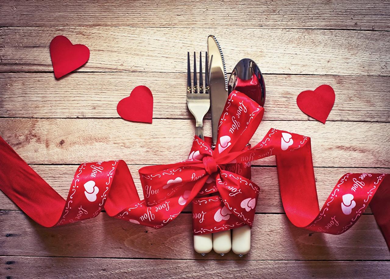 Картинки День святого Валентина сердечко ножик Лента ложки вилки Доски День всех влюблённых серце сердца Сердце Нож Ложка ленточка Вилка столовая