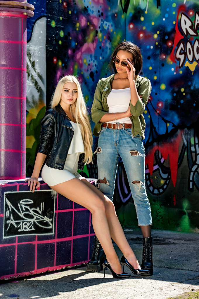 Фото Брюнетка блондинок Saina Bo and Soraya две Негр девушка ног смотрит платья  для мобильного телефона брюнетки брюнеток блондинки Блондинка 2 два Двое негры вдвоем Девушки молодая женщина молодые женщины Ноги Взгляд смотрят Платье