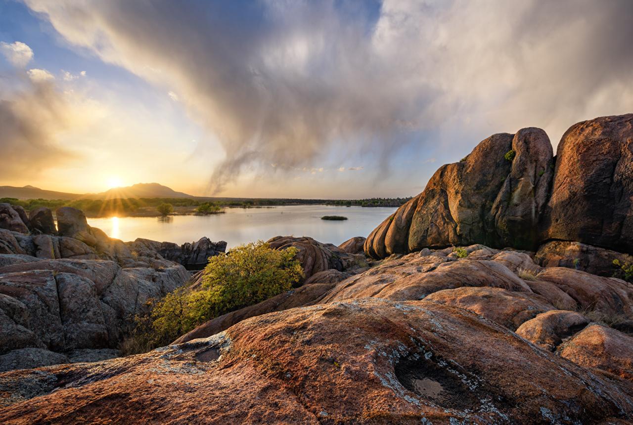 Обои для рабочего стола США Prescott, Arizona, Granite Dells, Willow Lake Утес Природа Озеро Рассветы и закаты Вечер облачно штаты америка Скала скале скалы рассвет и закат Облака облако