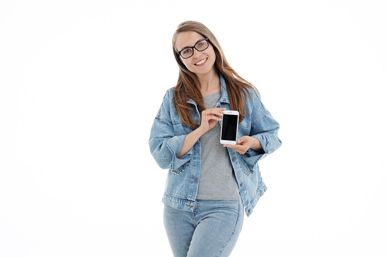 Картинка шатенки Улыбка смартфоны куртке молодая женщина Джинсы Руки Очки белом фоне Шатенка улыбается Смартфон сматфоном Куртка куртки Девушки куртках девушка молодые женщины джинсов рука очках очков Белый фон белым фоном