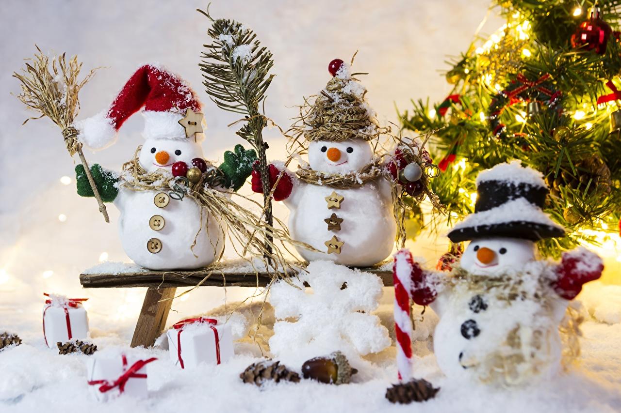 Обои для рабочего стола Шапки Снежинки снеге снеговика Трое 3 Скамейка шапка в шапке снежинка Снег снегу снега снеговик Снеговики три втроем Скамья